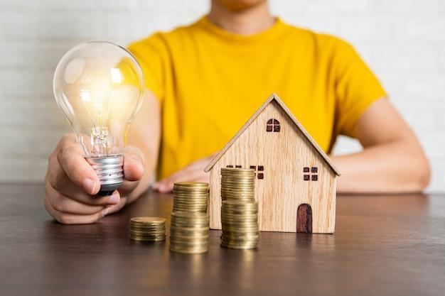 Melhor inovação e bom conceito de propriedade, corretor do banco segurando uma lâmpada