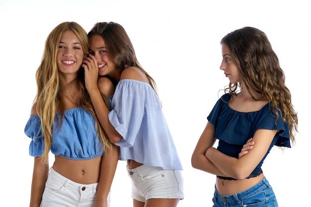 Melhores amigas adolescentes intimidando uma garota triste à parte