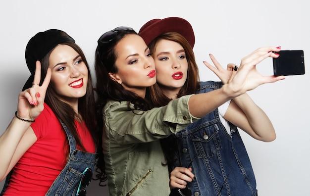 Melhores amigas de meninas hipster tomando selfie
