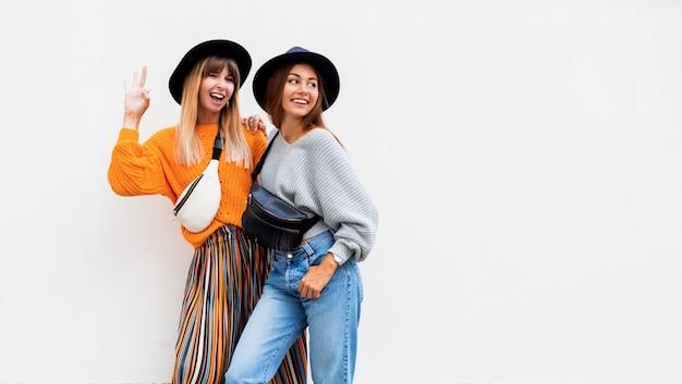 Melhores amigas, duas meninas elegantes posando em branco