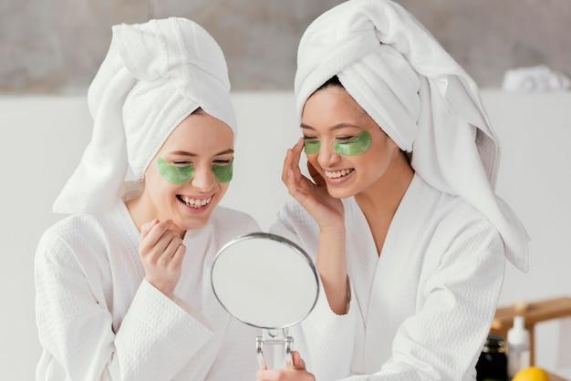 Melhores amigas fazendo um tratamento de beleza em casa