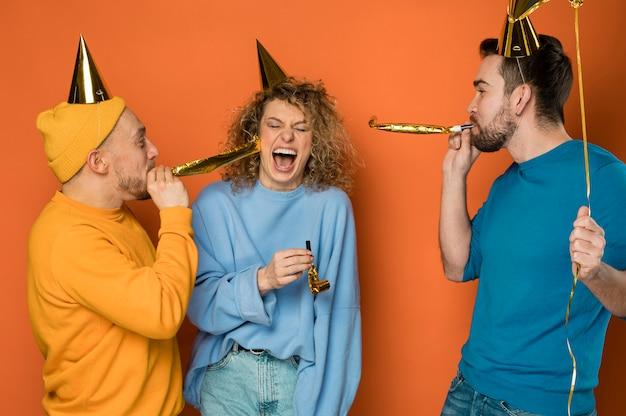 Melhores amigas felizes comemorando em uma festa de aniversário