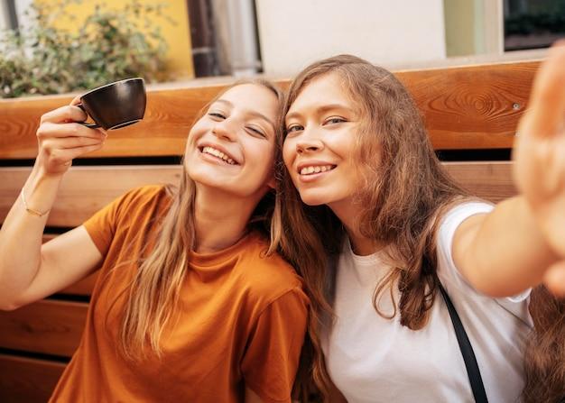 Melhores amigas fofas tirando uma selfie juntas