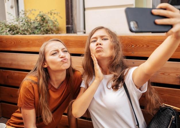 Melhores amigas fofas tirando uma selfie