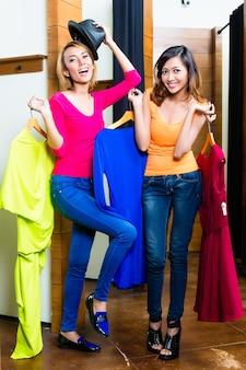 Melhores amigas malucas, duas meninas, se divertindo fazendo compras