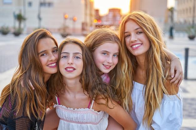 Melhores amigas meninas adolescentes ao pôr do sol na cidade