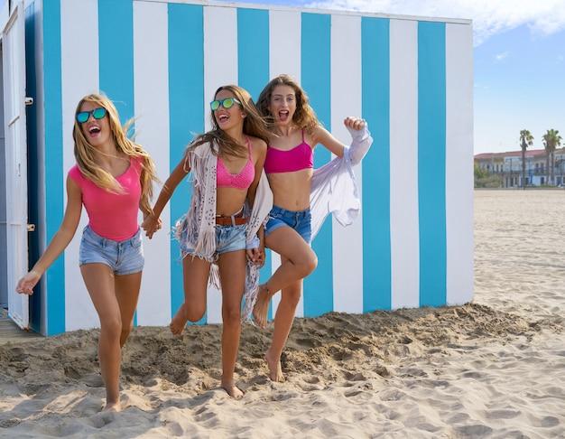 Melhores amigas meninas adolescentes correndo feliz na praia