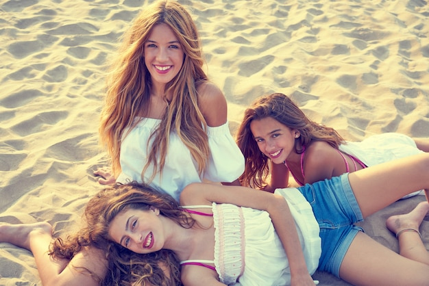 Melhores amigas meninas adolescentes juntos na sunset beach