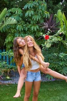 Melhores amigas meninas adolescentes nas costas no quintal