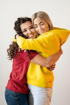 Melhores amigas multirraciais abraçando