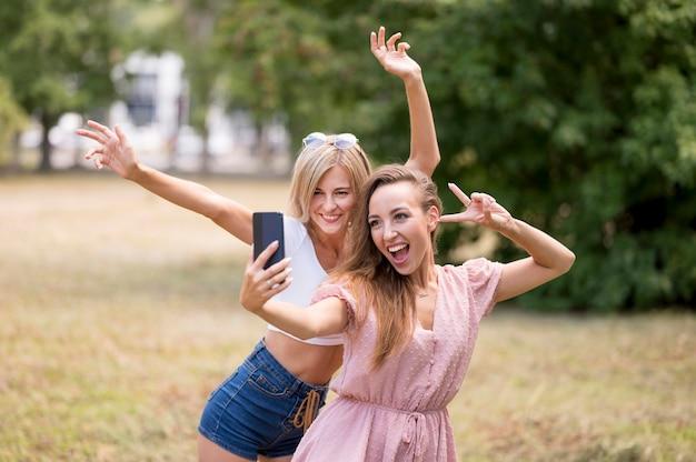 Melhores amigas posando de maneira boba para uma selfie