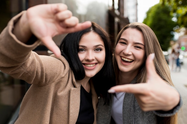 Melhores amigas posando de uma maneira divertida ao ar livre