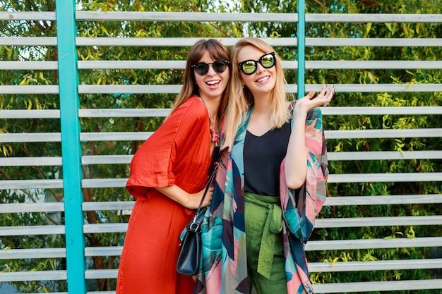 Melhores amigas se divertindo juntos e curtindo férias na ensolarada cidade moderna