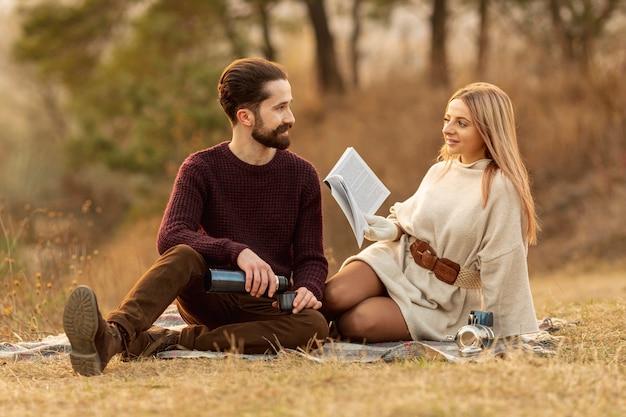 Melhores amigas se olhando ao ar livre