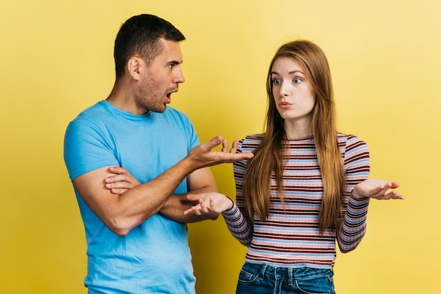 Melhores amigas tendo um argumento