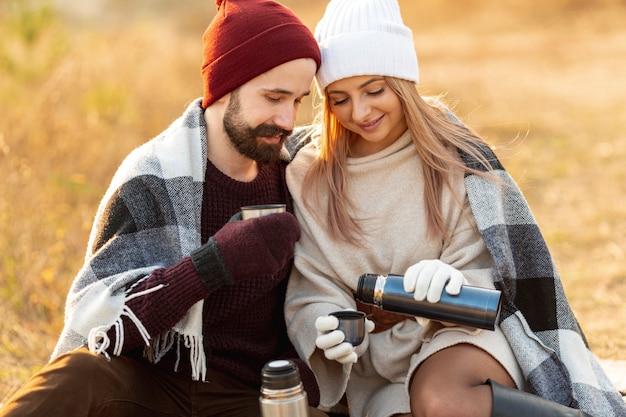 Melhores amigas tomando café lá fora