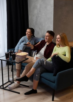 Melhores amigos assistindo netflix juntos dentro de casa