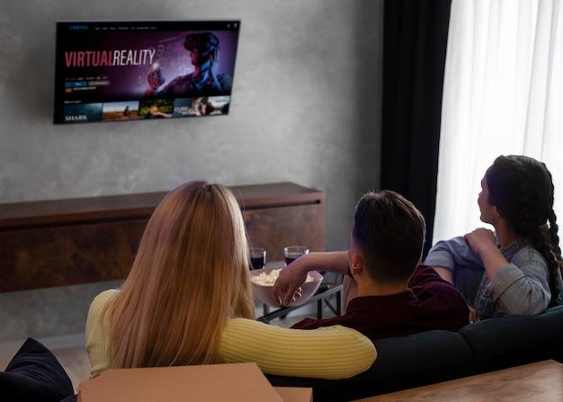 Melhores amigos assistindo netflix juntos dentro de casa Foto gratuita