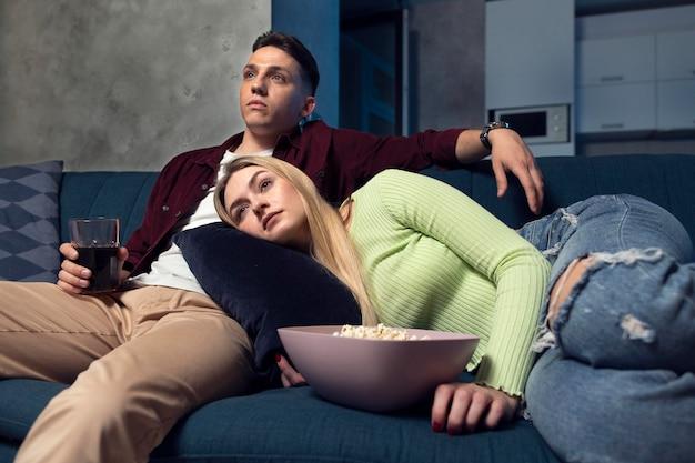 Melhores amigos assistindo netflix juntos na sala de estar