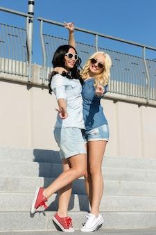 Melhores amigos atraentes ao ar livre