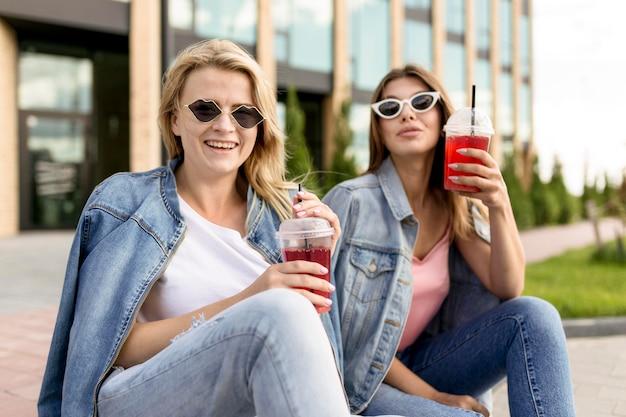 Melhores amigos com óculos de sol pendurados