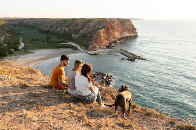 Melhores amigos curtindo a vista em um litoral