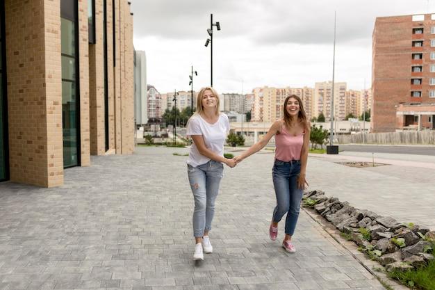 Melhores amigos de mãos dadas enquanto caminham