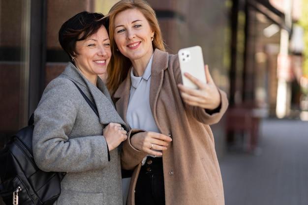 Melhores amigos de meia-idade passando um tempo juntos na cidade
