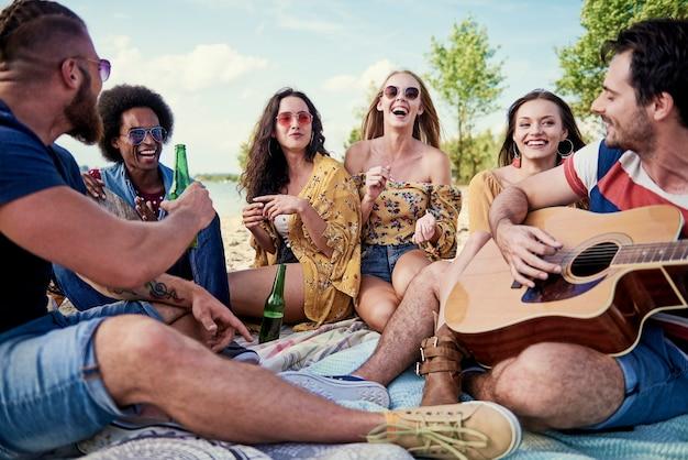 Melhores amigos durante festa na praia