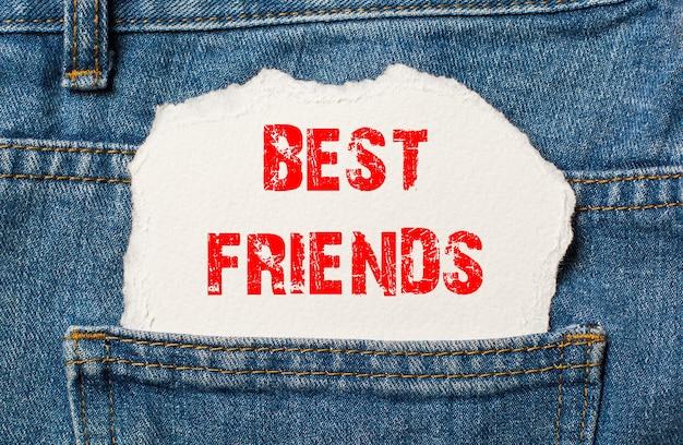 Melhores amigos em papel branco no bolso da calça jeans azul