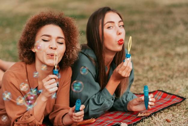 Melhores amigos fazendo bolhas de sabão