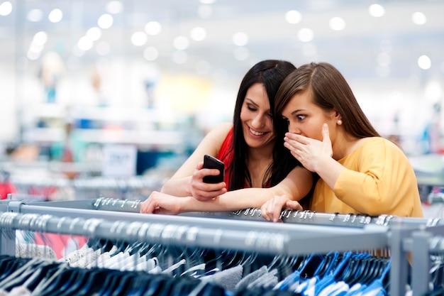 Melhores amigos fazendo compras