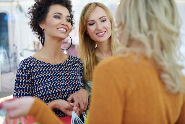 Melhores amigos no shopping Foto gratuita