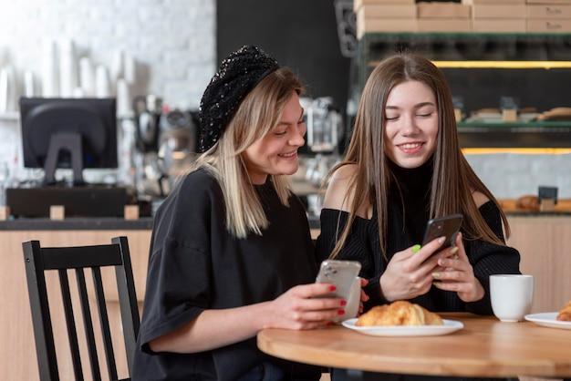 Melhores amigos passando um tempo juntos com um bom café