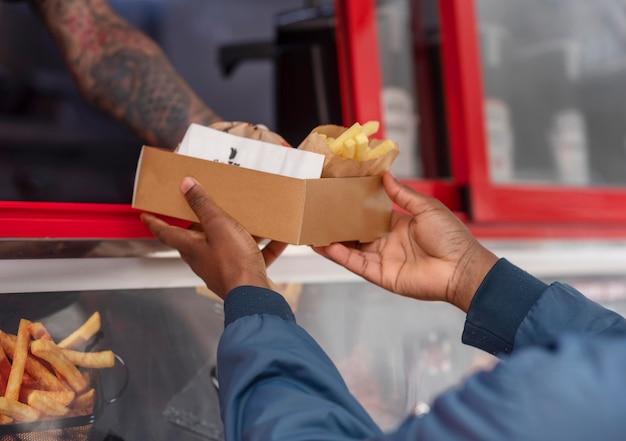 Melhores amigos pegando algo em um food truck