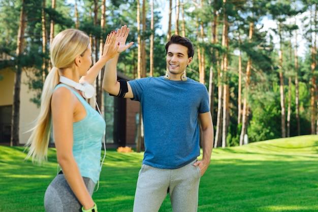 Melhores amigos. pessoas alegres e positivas se cumprimentando enquanto vêm após o treino