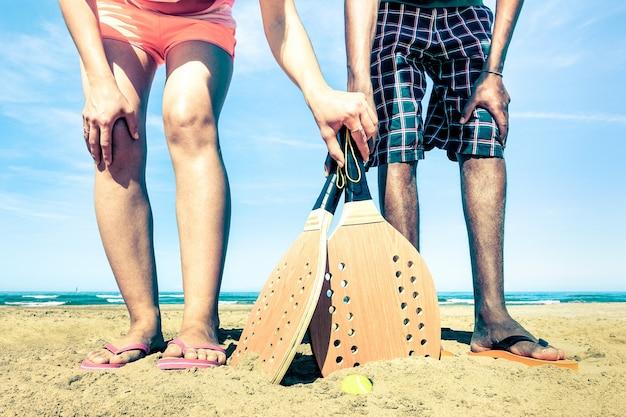 Melhores amigos prontos para jogar tênis de praia no início do verão