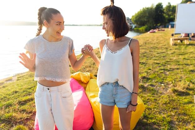 Melhores amigos saindo ao lado de pufes coloridos