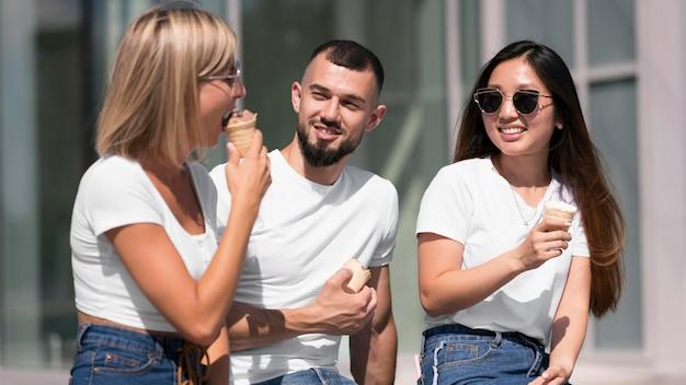 Melhores amigos saindo juntos enquanto tomam sorvete