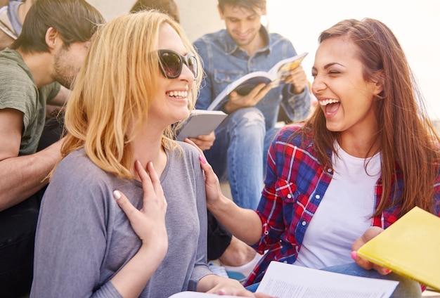 Melhores amigos se divertindo durante o intervalo