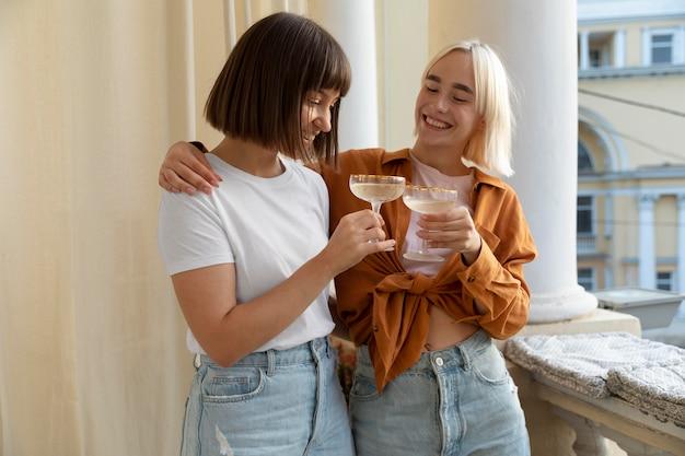 Melhores amigos se divertindo e tomando alguns drinks