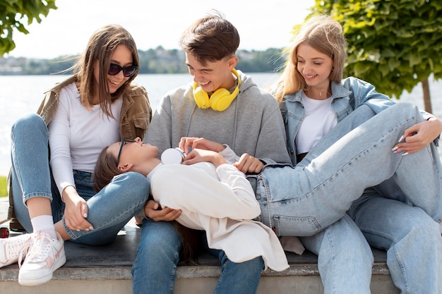 Melhores amigos se divertindo juntos ao ar livre