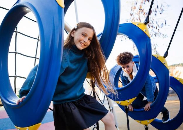 Melhores amigos se divertindo no playground