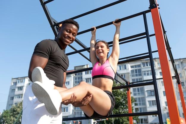 Melhores amigos se exercitando juntos ao ar livre