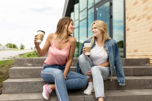Melhores amigos se olhando enquanto conversam
