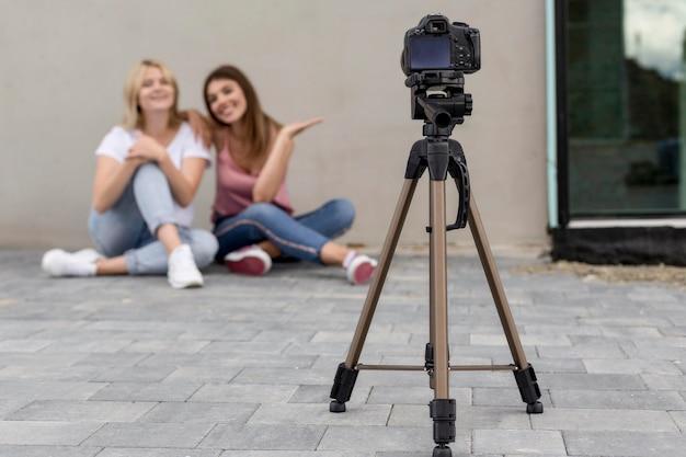 Melhores amigos tirando uma foto junto com uma câmera