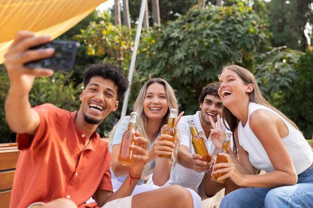 Melhores amigos tirando uma selfie juntos ao ar livre