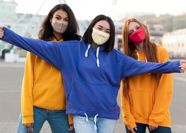 Melhores amigos usando máscaras médicas