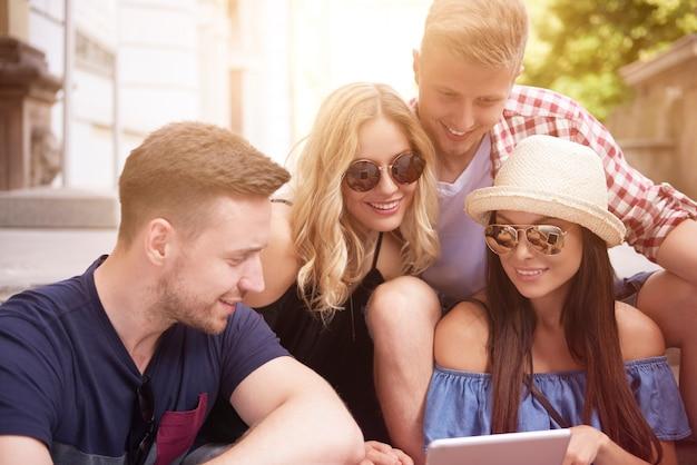 Melhores amigos usando tablet digital