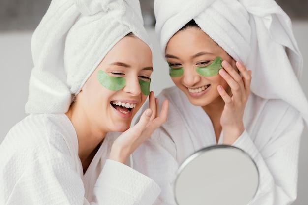 Melhores amigos usando tapa-olhos para autocuidado